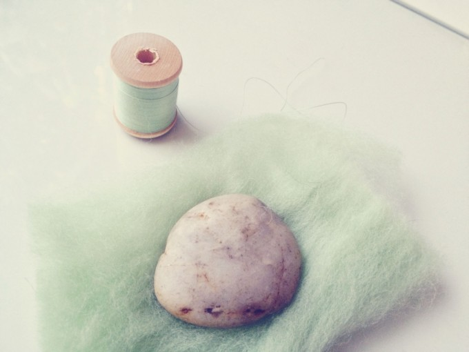 felted stones - wrap the stone